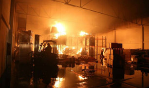 El Agustino: incendio consumió fábrica de zapatos y afectó almacén del Minsa