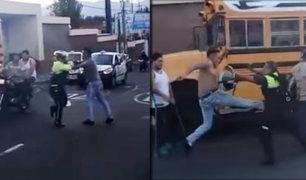 Conductor de moto se enfrenta a golpes con policía en Guatemala