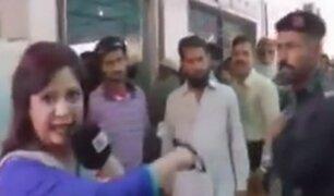 Policía golpea a reportera en plena transmisión en vivo