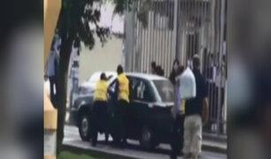 Conductor de colectivo embiste a inspectores en avenida Arequipa