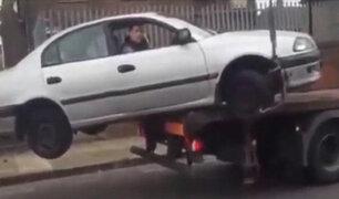 Intentó sacar su auto de una grúa para evitar una multa