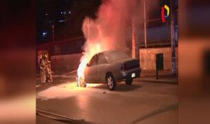 Cercado de Lima: auto se incendia en plena avenida Arenales