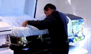 Médico forense crea ataúdes para los vivos