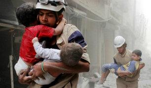 Niños son rescatados de los escombros por bombardeos en Siria