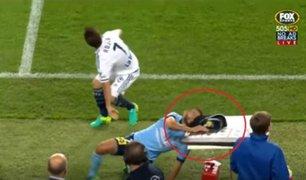 VIDEO: futbolista se estrella contra una mesa en pleno partido