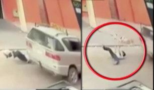 Bolivia: niño cae de taxi en movimiento por la ventana