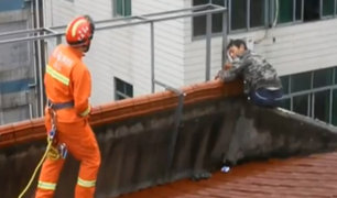 China: salvan a hombre ebrio que intentaba suicidarse