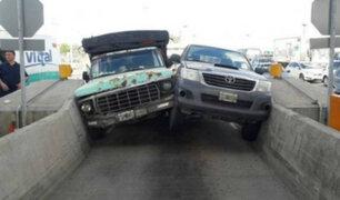 YouTube: así acabaron dos conductores que intentaron pasar por la misma vía