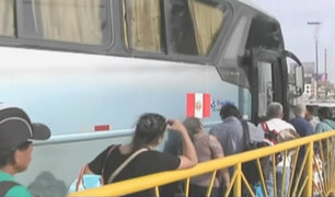 Pasajeros hacen largas colas en terminales para poder viajar por feriado largo
