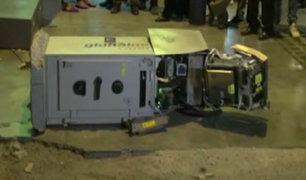 SJL: delincuentes roban cajero automático con modalidad del 'jalonazo'