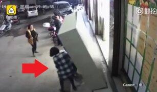VIDEO: niño muere aplastado por un casillero en un supermercado en China