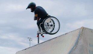 Deportista extremo hace piruetas sobre su ¡silla de ruedas!