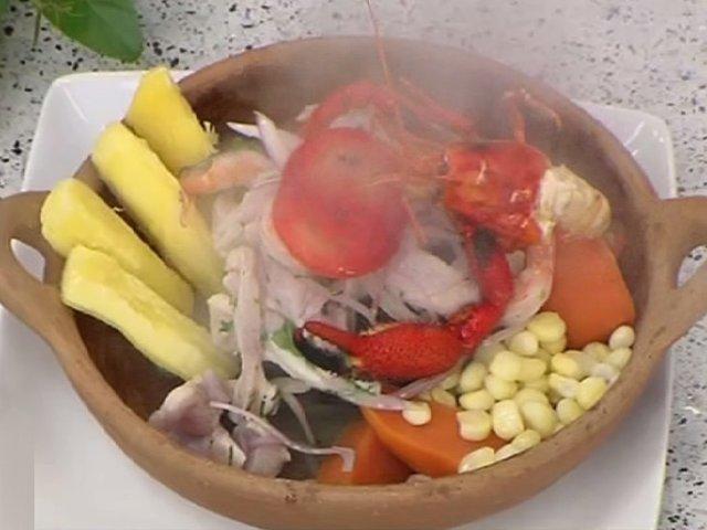 Pasos para preparar cebiche de pescado y camarones a la piedra