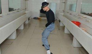 Conserje se hace popular por bailar como Michael Jackson mientras limpia los baños