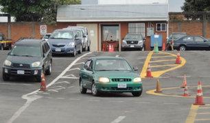 FOTOS: hombre sin brazos aprueba examen de conducir