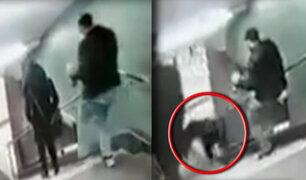 Hombre patea a mujer y la hace caer por escaleras en Alemania