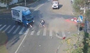 Rusia: ciclista salva de morir tras choque entre auto y camión