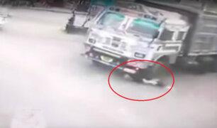 Hombre salva de morir tras ser arrollado por vehículo de carga