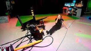 Presentadora de FOX se estrella contra monitor con su scooter en programa en vivo