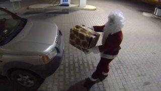 Humoristas vestidos de Papá Noel realizan terroríficas bromas por Navidad