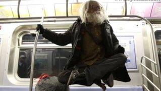 Mendigo que levita en el metro de Nueva York causa furor en Internet