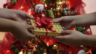 """VIDEO: padres juegan """"bromas pesadas"""" a sus hijos en Navidad"""