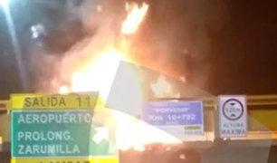 Whatsapp: registran incendio en puente peatonal de la Panamericana Norte