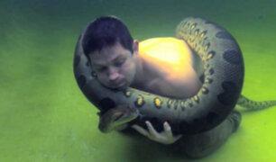 Hombre juega con anaconda gigante en California