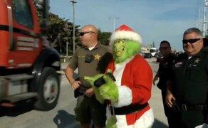 Policía vestido de Grinch hace 'llorar' a conductores irresponsables