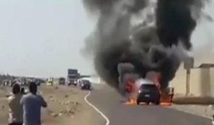 La Libertad: auto se incendia por falla en el sistema eléctrico