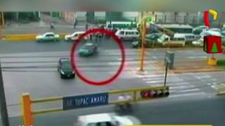 Independencia: captan aparatoso choque entre policía motorizado con auto