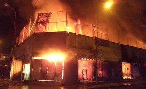 Más de 12 unidades de bomberos luchan por controlar incendio en Villa El Salvador