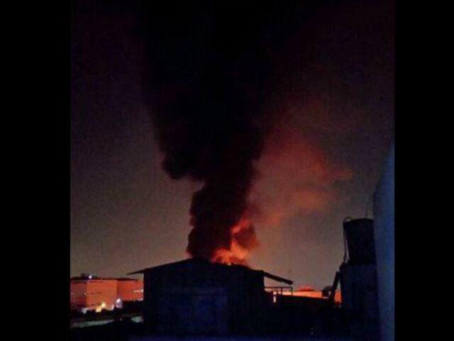 Incendio de grandes proporciones destruyó fábrica de pinturas en Ate Vitarte
