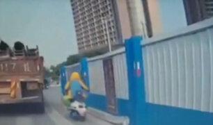 China: motociclista muere aplastado por cargamento de sillas de metal