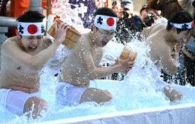 Cientos de japoneses se bañan con agua helada para purificar su alma