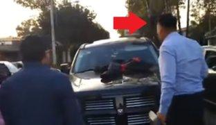 Sujeto encontró al amante de su mujer manejando su propia camioneta