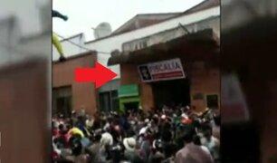 Instante en que muro se desploma y deja un muerto en carnaval de Colombia