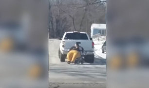 VIDEO: mujer obesa es remolcada por una camioneta ya que no cabía dentro