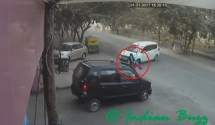 Mujer es aplastada por dos autos pero logra sobrevivir a impactante accidente