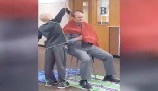 Director de colegio se rapa el cabello para apoyar a niño que sufría bullying