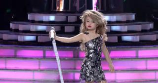 Niña 'enloquece' al público con sorprendente imitación de Taylor Swift