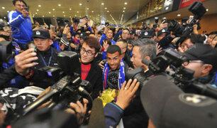 Carlos Tévez causa furor en el aeropuerto de Shanghái en China
