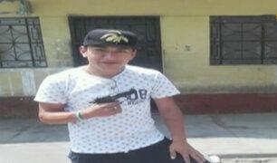 Delincuentes posan con pistola de policía tras asesinarlo en bus en Los Olivos