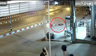 Mujer salvó de morir tras chocar su moto en Tailandia