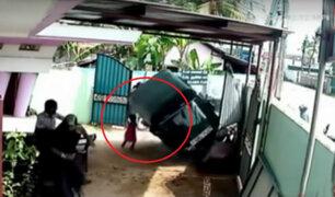 Niña salvó de morir aplastada por una moto en Sri Lanka