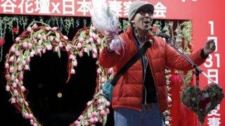 Japoneses gritan amor por sus esposas en público durante tradicional ceremonia
