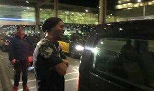 Ronaldinho casi es olvidado por su taxista en aeropuerto de Barcelona