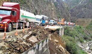 Cierran temporalmente Carretera Central por derrumbe de una parte del carril