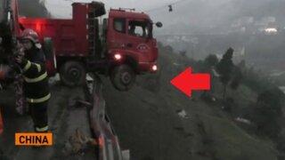 Familia atrapada en un camión estuvo a punto de caer al precipicio
