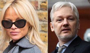 Exconejita Pamela Anderson tendría romance con Julian Assange